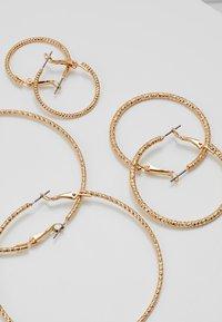 ONLY - ONLHELLE 3 PACK CREOL EARRINGS - Korvakorut - gold-coloured - 2