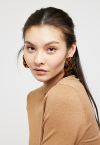 ONLY - ONLIVY EARRINGS - Náušnice - brown sugar - 1
