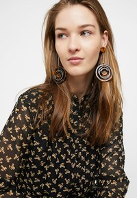 ONLY - ONLRIKA EARRING - Øredobber - gold-coloured/brown - 1