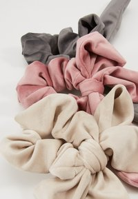 ONLY - ONLBRITT 3-PACK VELVET BOW SCRUNCHI - Hair Styling Accessory - dusty rose/humus/taupe - 2