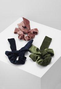 ONLY - ONLBRITT 3-PACK VELVET BOW SCRUNCHI - Hair styling accessory - blush/night sky/kalamata - 2