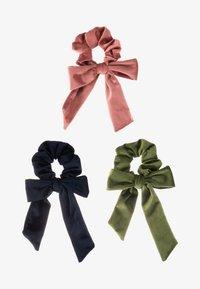 ONLY - ONLBRITT 3-PACK VELVET BOW SCRUNCHI - Hair styling accessory - blush/night sky/kalamata - 5