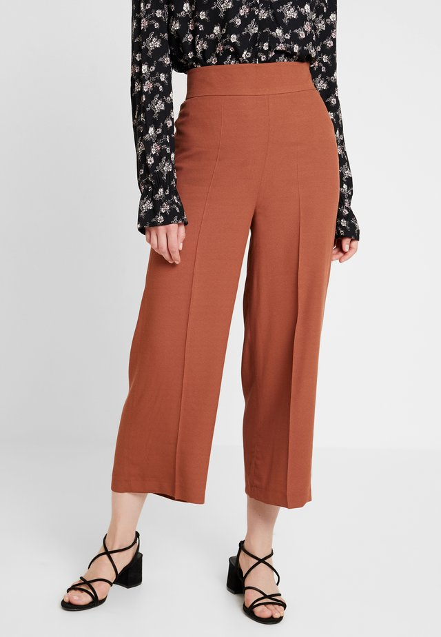 TROUSER - Trousers - coffee caramel