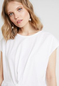 one more story - T-shirt med print - white - 3