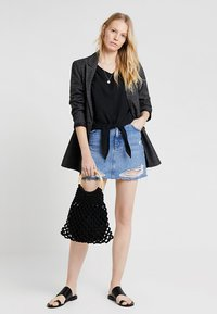one more story - Bluser - black - 1