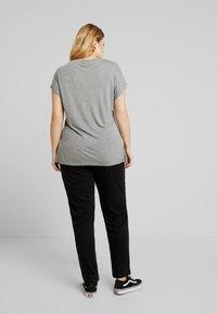 ONLY Carmakoma - CARCOZYNESS LONG PANT - Pantalon classique - black - 3