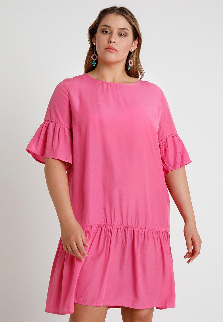 ONLY Carmakoma - CARRHUBARB SHORT DRESS - Freizeitkleid - beetroot purple