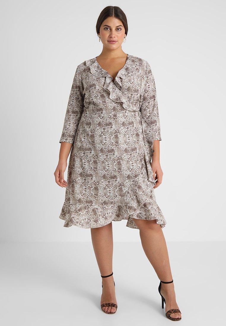 ONLY Carmakoma - CARNUT 3/4 WRAP DRESS - Hverdagskjoler - brown