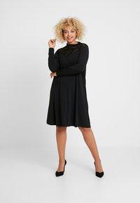 ONLY Carmakoma - CARKAYA KNEE DRESS - Vestido ligero - black - 1