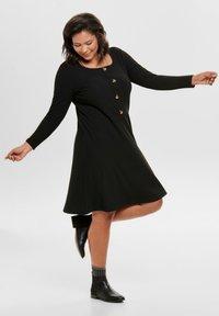 ONLY Carmakoma - MIT LANGEN ÄRMELN CURVY - Gebreide jurk - black - 1