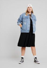 ONLY Carmakoma - CARFLAVOR KNEE DRESS - Robe en jersey - black - 2