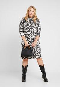 ONLY Carmakoma - CARSIGRID 3/4 KNEE DRESS - Vestido de punto - grey - 2