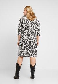 ONLY Carmakoma - CARSIGRID 3/4 KNEE DRESS - Vestido de punto - grey - 3