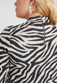 ONLY Carmakoma - CARSIGRID 3/4 KNEE DRESS - Vestido de punto - grey - 6