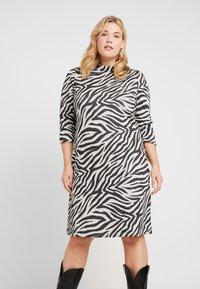 ONLY Carmakoma - CARSIGRID 3/4 KNEE DRESS - Vestido de punto - grey - 0