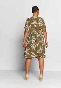 ONLY Carmakoma - CARONA SWIFT KNEE DRESS - Shirt dress - martini olive - 2