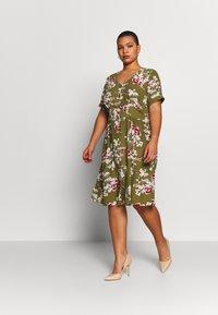 ONLY Carmakoma - CARONA SWIFT KNEE DRESS - Shirt dress - martini olive - 1