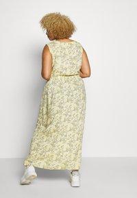 ONLY Carmakoma - CARBLOOM LIFE MAXI DRESS - Maxikjole - pineapple slice/bloom - 2