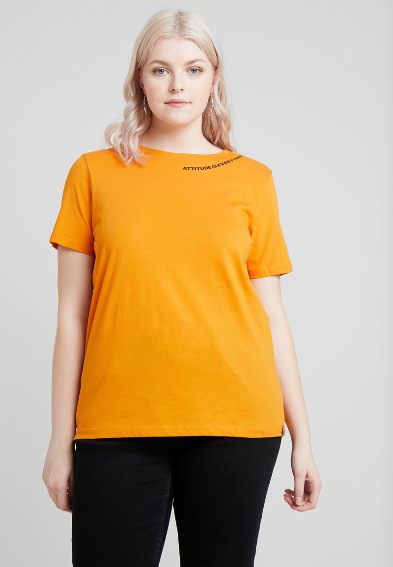 ONLY Carmakoma - CARDAGGIE TEE - T-Shirt print - desert sun