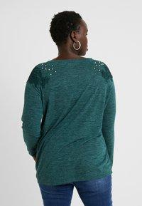 ONLY Carmakoma - CARCAMER - T-shirt à manches longues - ponderosa pine - 2