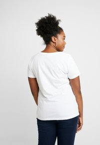 ONLY Carmakoma - CARACEY FIT PHOTO - T-shirts med print - white - 2