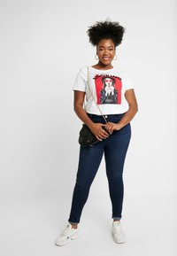 ONLY Carmakoma - CARACEY FIT PHOTO - T-shirts med print - white - 1