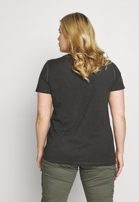 ONLY Carmakoma - CARTROUBLE LIFE TEE - T-shirts med print - black - 2