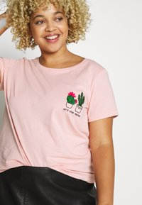 ONLY Carmakoma - CARCHASE LIFE TEE - T-shirts med print - misty rose - 3