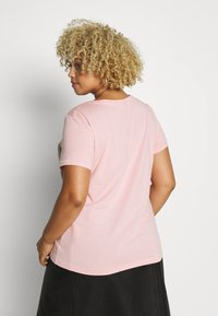 ONLY Carmakoma - CARCHASE LIFE TEE - T-shirts med print - misty rose - 2