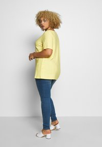 ONLY Carmakoma - CARZABBA - T-shirts med print - pineapple slice - 2
