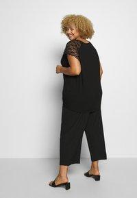 ONLY Carmakoma - CARAMBER - T-shirts med print - black - 2