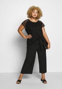ONLY Carmakoma - CARAMBER - T-shirts med print - black - 1