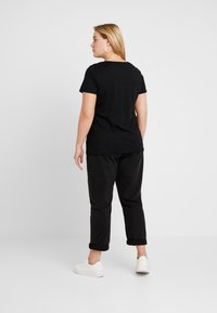 ONLY Carmakoma - CARGLAM TEE - T-shirt print - black/gold - 2