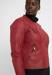 ONLY Carmakoma - CARAVANA BIKER - Faux leather jacket - red pear - 5