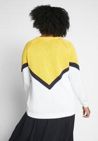 ONLY Carmakoma - CARSARA BLOCK - Neule - yellow/white - 2