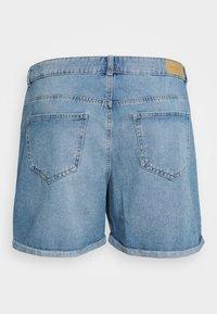 ONLY Carmakoma - JEANSSHORTS CURVY CARHINE REG - Shorts di jeans - light blue denim - 1