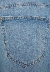ONLY Carmakoma - JEANSSHORTS CURVY CARHINE REG - Shorts di jeans - light blue denim - 2
