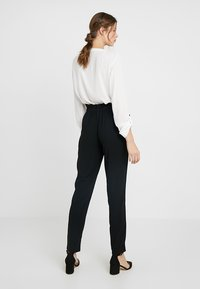 ONLY Tall - ONLFLORENCE ANKLE PANT - Pantalones - black - 2
