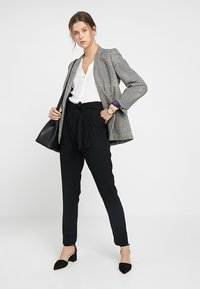ONLY Tall - ONLFLORENCE ANKLE PANT - Pantalones - black - 1