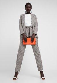 ONLY Tall - ONLLENA PAPERBAG PANTS - Pantalon classique - grape leaf/black/cream pink - 1