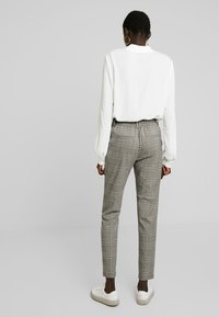 ONLY Tall - ONLPOPTRASH EASY SAVIL CHECK PANT - Pantalon classique - black/merlot/adobe - 3