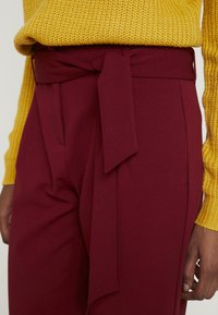 ONLY Tall - ONLCAROLINA BELT PANTS - Broek - merlot - 4