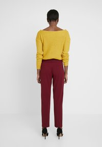ONLY Tall - ONLCAROLINA BELT PANTS - Broek - merlot