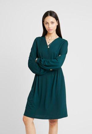 ONLMONNA DRESS - Denní šaty - ponderosa pine