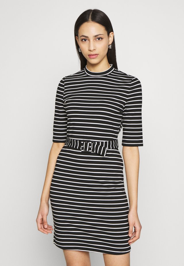ONLFRIDA BELTED DRESS TALL  - Sukienka z dżerseju - black/cloud dancer