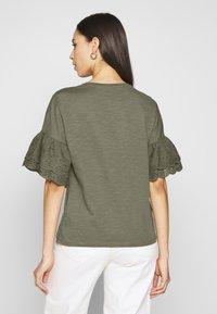ONLY Tall - ONLCELINA LIFE - T-shirts med print - kalamata - 2
