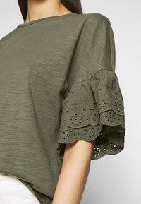 ONLY Tall - ONLCELINA LIFE - T-shirts med print - kalamata - 5