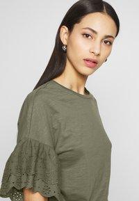 ONLY Tall - ONLCELINA LIFE - T-shirts med print - kalamata - 3