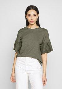 ONLY Tall - ONLCELINA LIFE - T-shirts med print - kalamata - 0