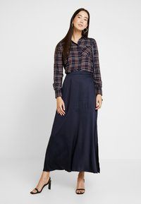 ONLY Tall - ONYNADIA CHECK - Button-down blouse - night sky/merlot - 1
